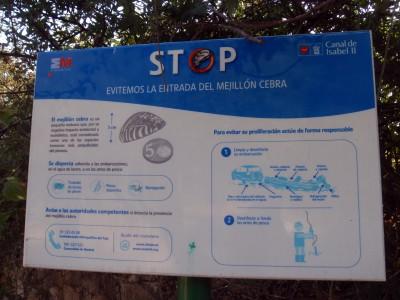 Cartel en España con información sobre  el mejillón cebra.