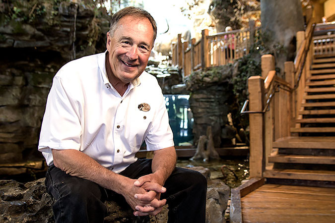 John Morris en una tienda de Bass Pro Shops