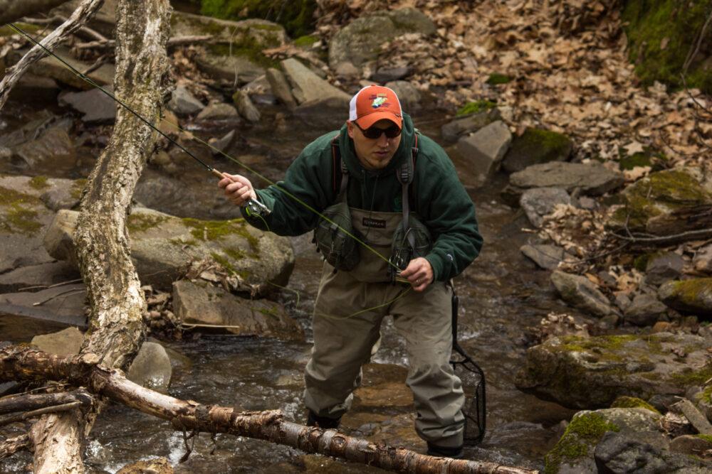 pescar en el río seguro durante el coronavirus